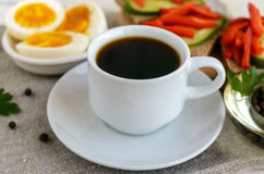 Een kop van sterke koffie & x28; espresso& x29; , close-up en gemakkelijk dieetontbijt Royalty-vrije Stock Foto's