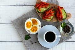 Een kop van sterke koffie & x28; espresso& x29; , close-up en gemakkelijk dieetontbijt Stock Foto
