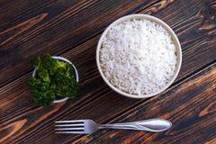 Een Kop van witte Rijst en broccoli op een donkere houten achtergrond Hoogste mening royalty-vrije stock foto's