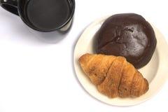 Een kop van zwart koffie en gebakje royalty-vrije stock foto
