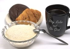 Een kop van zwart koffie en gebakje royalty-vrije stock afbeeldingen