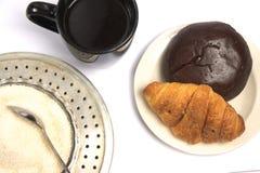 Een kop van zwart koffie en gebakje stock foto's