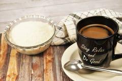 Een kop van zwarte koffie, bruine achtergrond stock afbeelding
