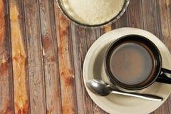 Een kop van zwarte koffie, bruine achtergrond stock foto's