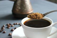 Een Kop van zwarte koffie op de lijst, een boeket van rode rozen royalty-vrije stock afbeeldingen