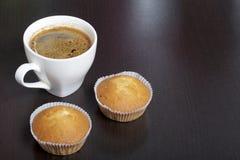 Een kop vers gebrouwen koffie en muffins royalty-vrije stock foto