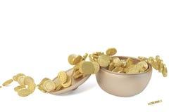 Een koperbus en gouden muntstukken Stock Foto's