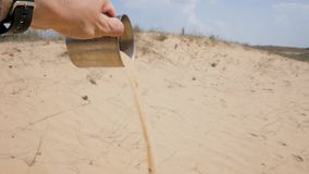 Een kophoogtepunt van zand ter beschikking van de mens stock video