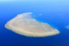 Een koraaleiland van het Grote Barrièrerif stock foto's