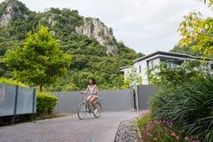 Een korte haar jonge vrouw berijdt de fiets Stock Foto's