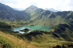 Een koud meer in de bergen Stock Fotografie