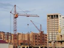 Een kraan voor bouw van een gebouw met meerdere verdiepingen Stock Fotografie