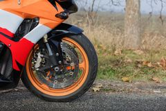 Een krachtig wiel van de oranje fiets royalty-vrije stock foto