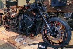 Een krachtige zwarte fiets met een oranje slag Stock Foto
