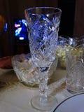 Een kristalglas op een feestelijke lijst Royalty-vrije Stock Fotografie