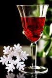 Een kristalglas rode wijn op lijst Stock Afbeeldingen