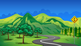 Een krommeweg die naar de berg gaan royalty-vrije illustratie