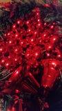 Een kroon van rode feestelijke ballons en klokken stock foto