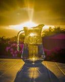 Een kruik drinkbaar water stock foto's