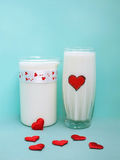 Een Kruik en een glas melk op blauwe achtergrond, Melkconcept Royalty-vrije Stock Foto