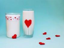 Een Kruik en een glas melk op blauwe achtergrond, Melkconcept Royalty-vrije Stock Foto's
