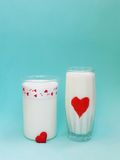 Een Kruik en een glas melk op blauwe achtergrond, Melkconcept Stock Foto's