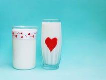 Een Kruik en een glas melk op blauwe achtergrond, Melkconcept Royalty-vrije Stock Fotografie