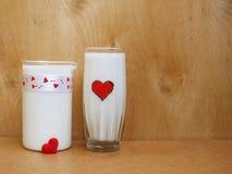 Een Kruik en een glas melk op houten achtergrond, Melkconcept Royalty-vrije Stock Foto