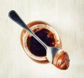 Een kruik uitgespreide hazelnootchocolade Stock Foto's