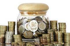 Een kruikhoogtepunt van muntstukken Royalty-vrije Stock Afbeeldingen