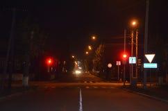 Een kruispunt bij nacht stock afbeelding