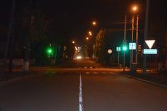 Een kruispunt bij nacht stock afbeeldingen