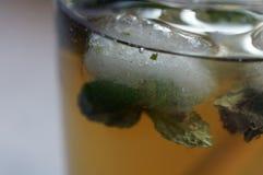 Een kubus van ijs in ijsthee stock foto's