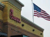 Een kuiken-fil-restaurantembleem met Amerikaanse Vlag stock foto's