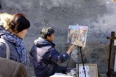 Een kunstenaar die in een steeg in Peking schilderen Stock Afbeelding