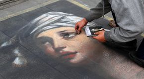 Een kunstenaar die een portret van een meisje schilderen royalty-vrije stock afbeeldingen