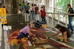Een kunstenaar (Kirk Purcell van Julie) tijdens het trekken van en het schilderen van zijn 3D kunstwerk. Stock Foto