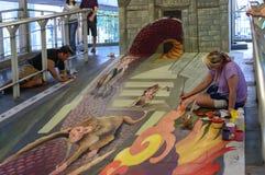 Een kunstenaar (Kirk Purcell van Julie) tijdens het trekken van en het schilderen van zijn 3D kunstwerk. Stock Afbeelding