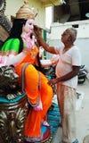 Een kunstenaar schilderde op een beeldhouwwerk van godin Durga Indisch festival royalty-vrije stock foto's