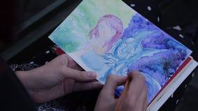 Een kunstenaar schildert anime in aard stock video