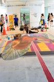 Een kunstenaar (Tony Cuboliquido) tijdens het trekken van en het schilderen van zijn 3D kunstwerk. Stock Foto