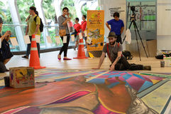 Een kunstenaar (Tony Cuboliquido) tijdens het trekken van en het schilderen van zijn 3D kunstwerk. Stock Fotografie