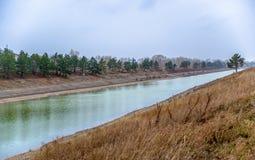 Een kunstmatige waterweg in Novosibirsk stock afbeelding