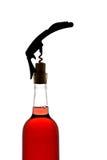 Een kurketrekker in het openen van een fles wijn Stock Afbeeldingen