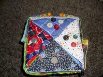 Een kussen van doek wordt gemaakt die Stuk speelgoed hoofdkussens voor kinderen Eigengemaakt speelgoed Royalty-vrije Stock Foto
