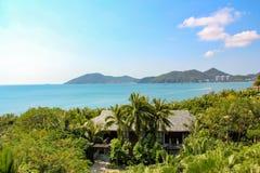 Een kust tropische toevlucht met hellingsvilla's royalty-vrije stock foto