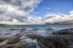 Een kustmening van Flakstad-eiland, lofoten eilanden Stock Afbeelding