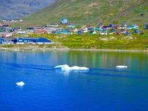 Een kustmening van Narsaq, Groenland met ijs bergs stock fotografie