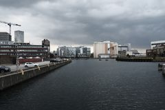 Een kuststad met grijze wolken royalty-vrije stock foto