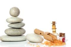Een kuuroord met stenen wordt geplaatst en een schouderblad met zout op een witte achtergrond die Stock Foto's